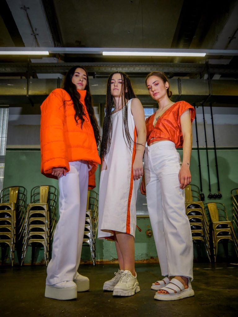wired world- India Werkname: India Designerin: ©Eva Hauser Fotograf: ©Mike Brugger Make-Up: © Chiara Murschetz Models: Chiara Murschetz, Ida Pichler, Nina Haas